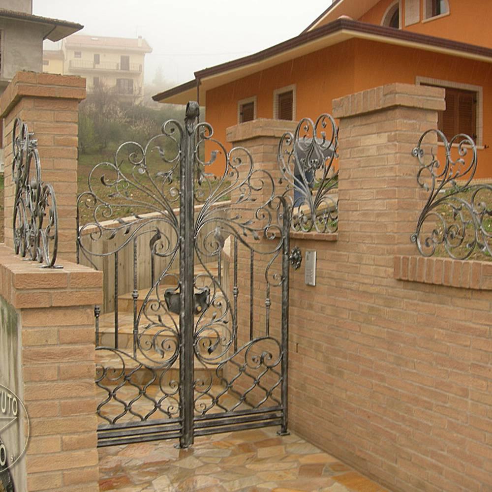 Cancelli in ferro battuto cancello in ferro lavori in - Cancelletto in ferro battuto ...