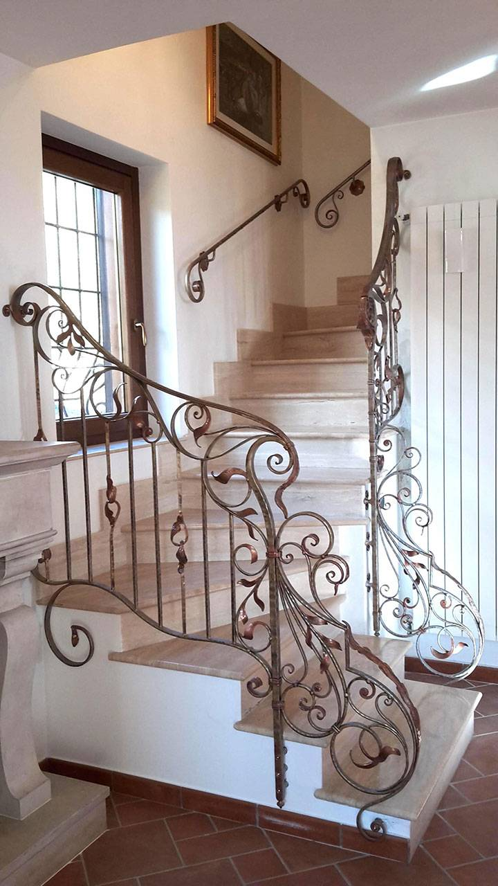 Balaustre interne in ferro scale in ferro battuto for Decorazioni in ferro battuto