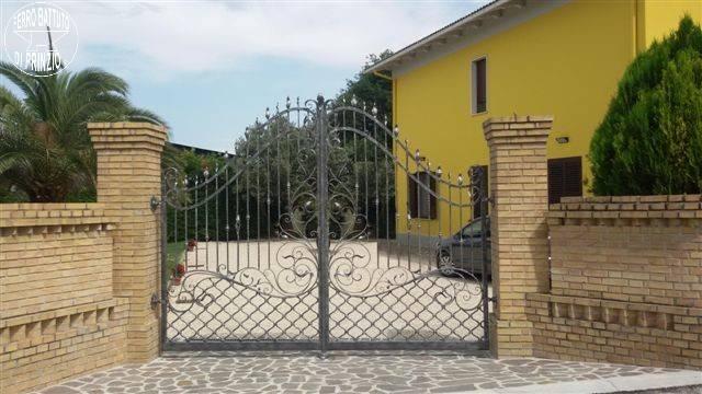 Cancelli in ferro battuto cancello in ferro lavori in for Modelli ville