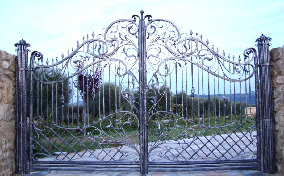 Creazioni artigianali in ferro battuto cancelli in for Cancelli ferro battuto foto