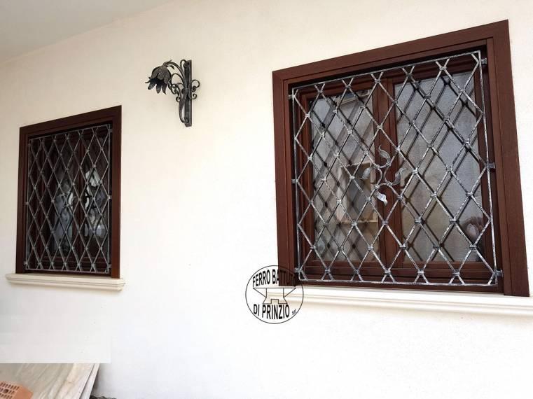 Realizzazione grate e protezioni ferro battuto di prinzio - Protezione per finestre ...
