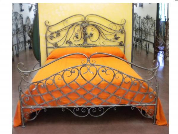 Letti in ferro battuto letto matrimoniale in ferro battuto comodini in ferro for Letto contenitore con testata in ferro battuto