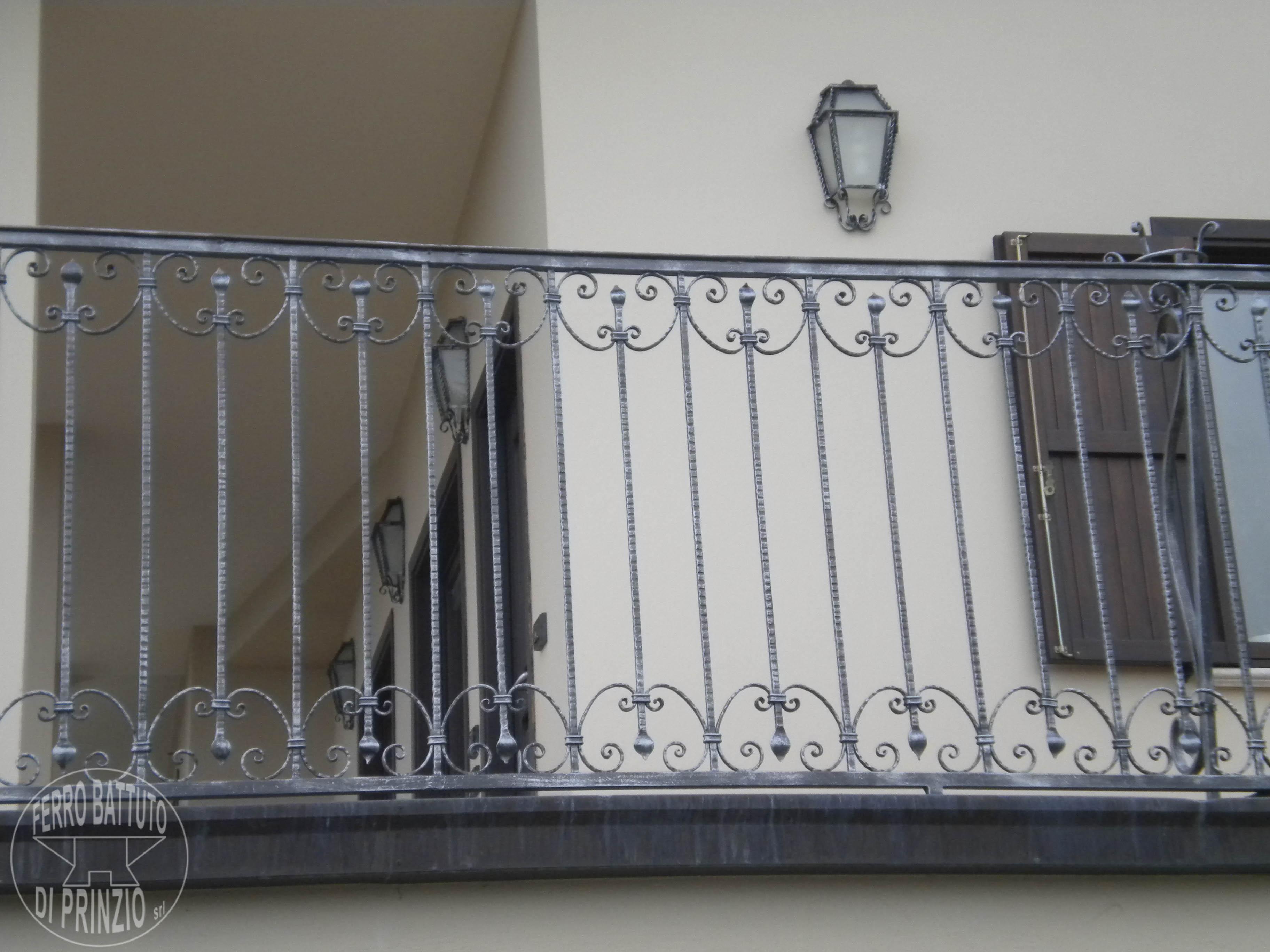 Ringhiere in ferro battuto ferro battuto recinzioni in ferro ringhiere - Ringhiere per finestre in ferro ...