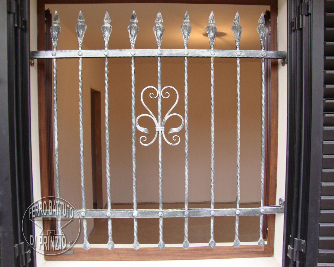 Realizzazione grate e protezioni ferro battuto di prinzio italia - Disegni di inferriate per finestre ...