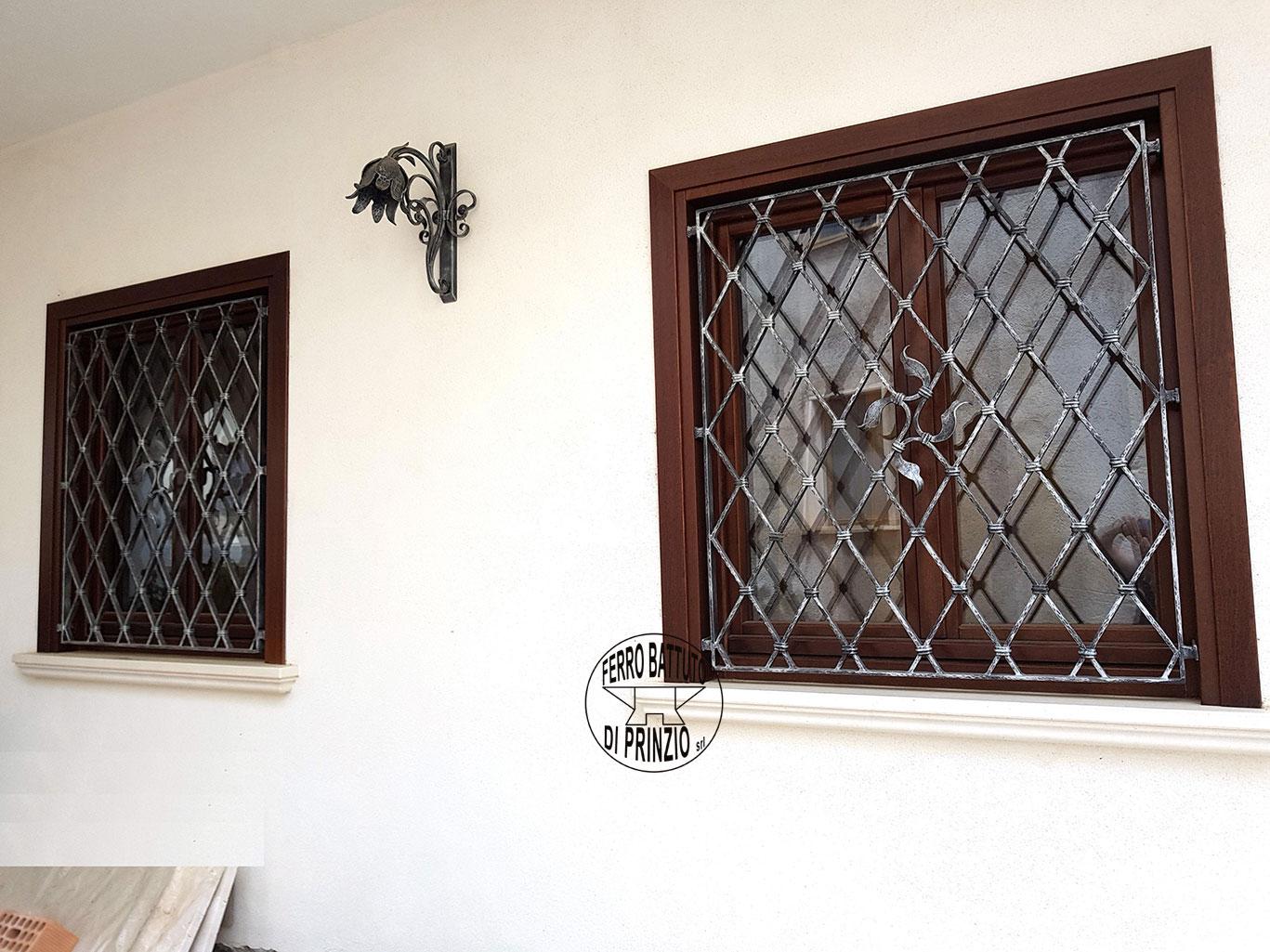 Realizzazione grate e protezioni ferro battuto di prinzio italia - Grate x finestre ...