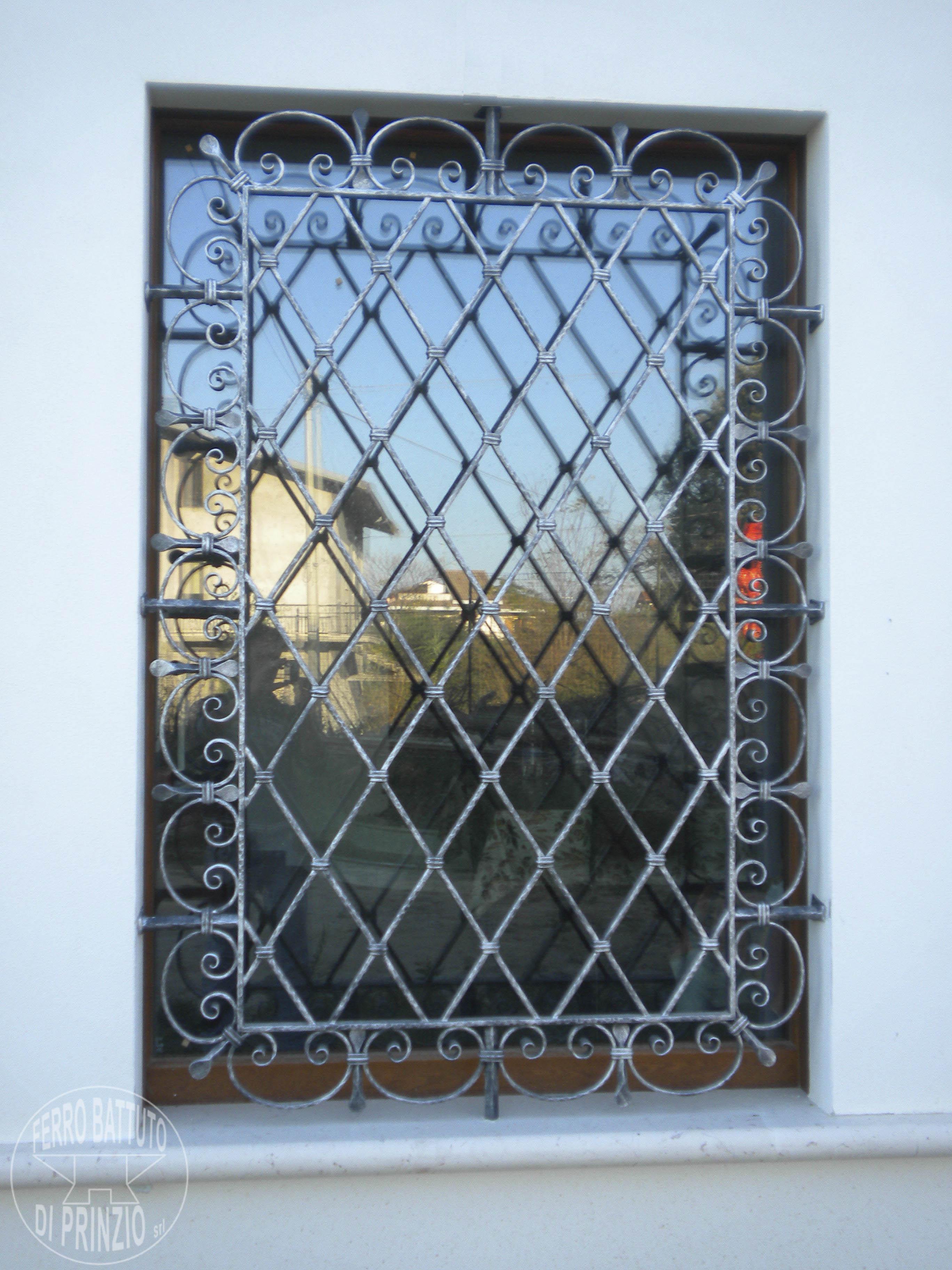Realizzazione grate e protezioni ferro battuto di prinzio italia - Grate in ferro battuto per finestre ...